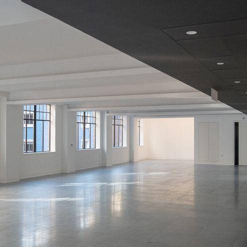 Großer Raum mit sichtbarer binderholz Brettsperrholz BBS Decke © RED Construction Group