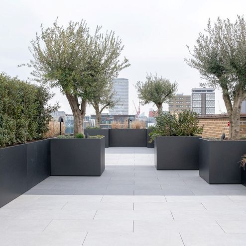 Dachterrasse mit viel Grün und faszinierendem Ausblick auf die Stadt © RED Construction Group