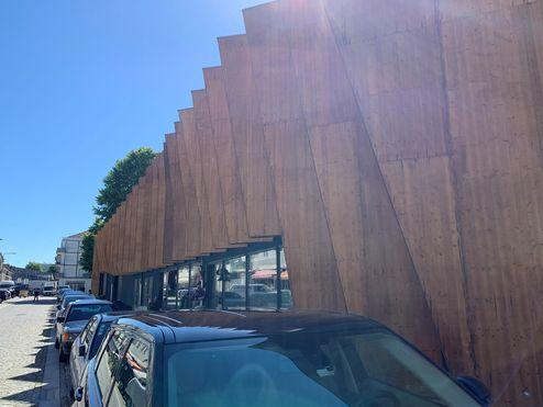 (La façade a été pourvue d'un parement en panneaux 3 plis en bois massif © binderholz