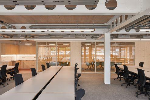 Arbeitsplätze mit Blick auf den Besprechungsraum © Waugh Thistleton Architects