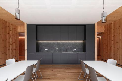 Sala comune con angolo cottura © www.florianhammerich.com