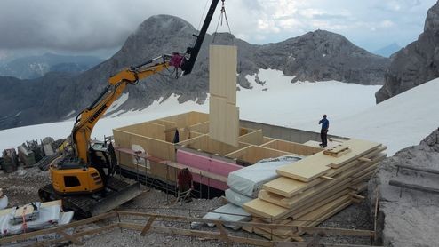 CLT BBS element on the crane © Alpenverein Austria