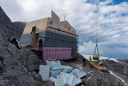 Construction site at an altitude 2,740 m © Richard Goldeband