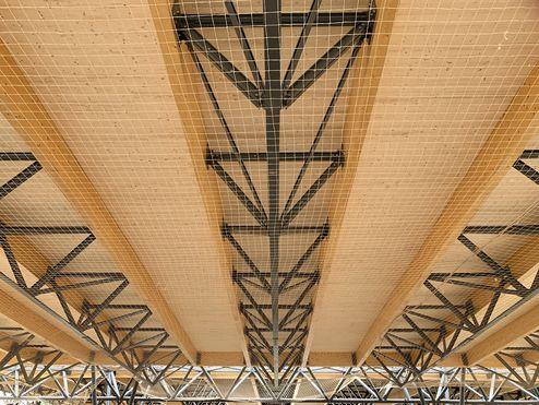 Construction de toit hybride de poutres de bois lamellé-collé et de colombages d'acier et  d'éléments de toiture en binderholz CLT BBS © LV & DE-SO architectes