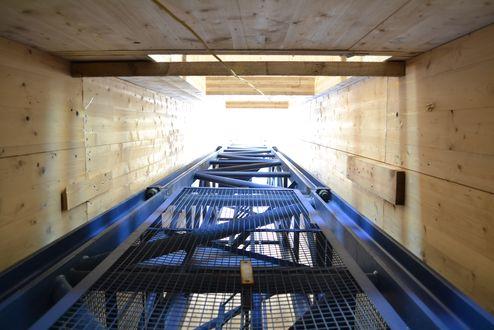 Liftschacht mit eingestelltem Baukran aus binderholz Brettsperrholz BBS Elementen © binderholz