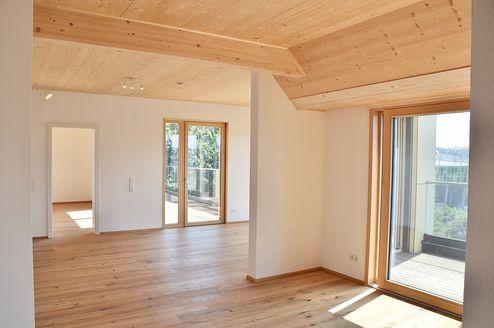 Blick aus dem Wohnzimmerbereich in den Innenhof © Karl Mach Holzbau GmbH