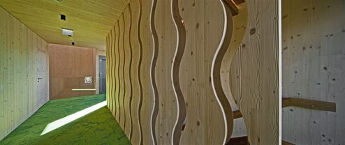 Stiegenhaus mit wellenförmigen Dekoelementen aus Brettschichtholz © Retter Wolfgang