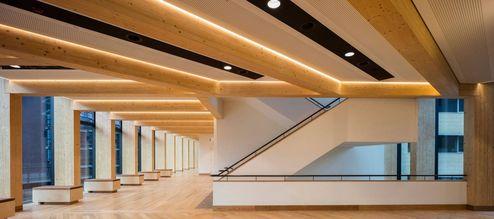 Eingangshalle mit sichtbaren Brettschichtholzträgern- und balken © architectus