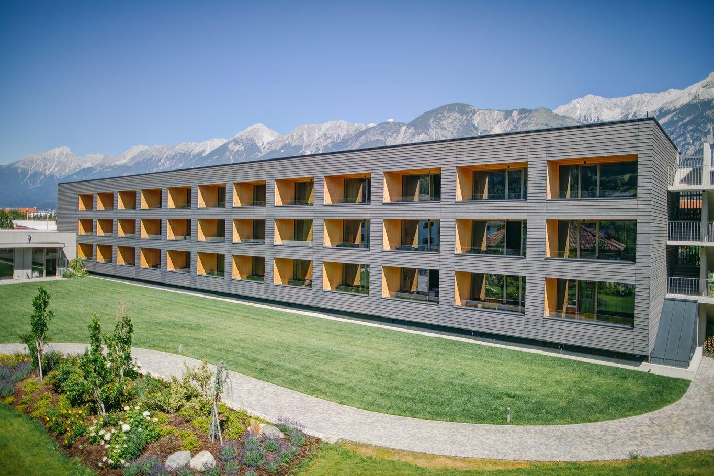 Neues Hotelgebäude in Massivholzbauweise mit Lärchenholzfassade © Schafferer Holzbau GmbH