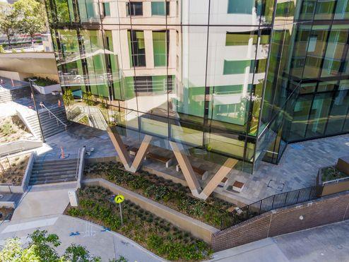 Blick vom Innenhof auf den Neubau der Fakultät © Buildcorp