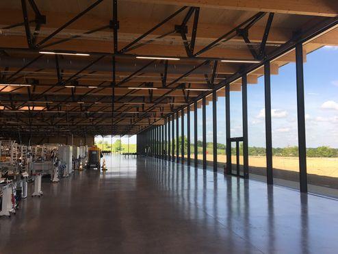 Áreas de trabajo generosas y configuradas de forma abierta © LV & DE-SO architectes