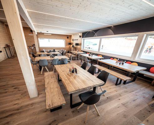 Mastercard Lounge mit sichtbarer Brettsperrholz-Decke und Brettschichtholz-Träger © WWP
