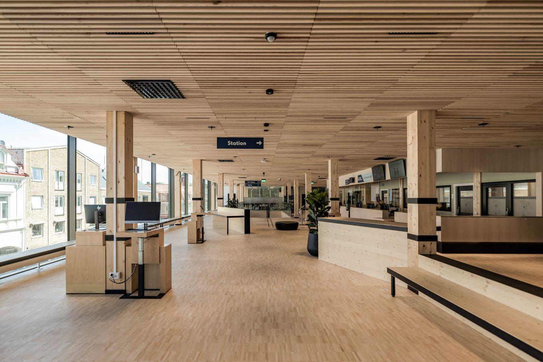 Infopoint mit sichtbaren Brettscichtholzträgern- und balken © Anders Bergön