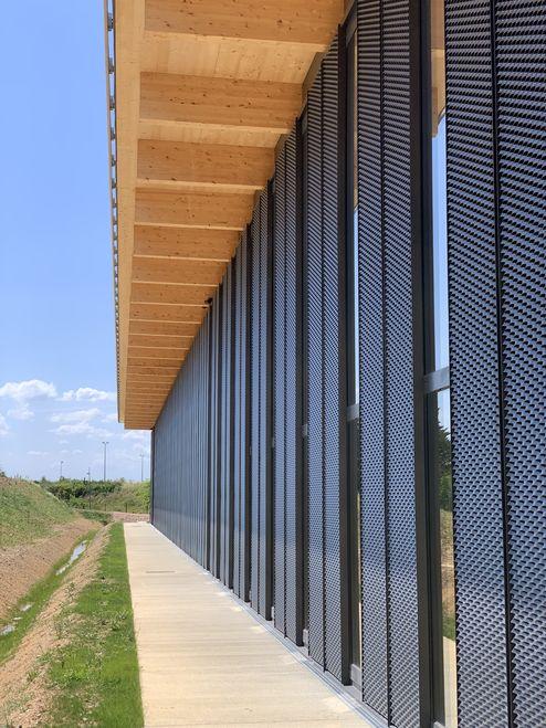 Poutres en bois lamellé-collé visible et éléments de toit en binderholz CLT BBS © LV & DE-SO architectes