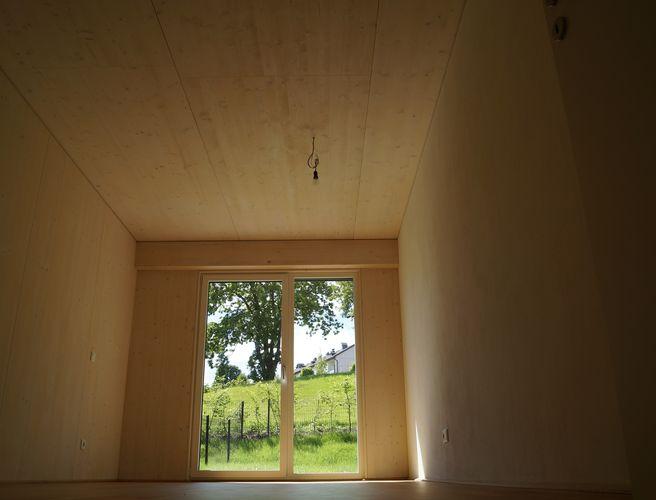 Innenansicht mit weiß lasiertem BBS Brettsperrholz in Wohnsichtqualität