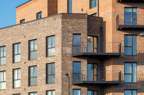 Die Fassade wurde mit einer nicht tragenden Ziegelfassade verkleidet um sich dem Stadtbild anzupassen