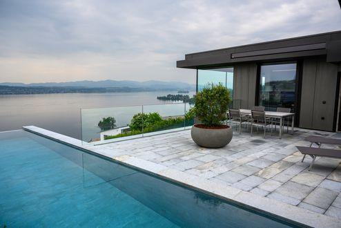 Blick vom Infinitypool auf den Zürichsee