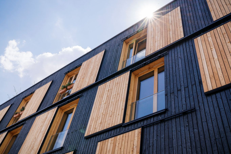 Dettaglio della facciata con la tecnologia 'Yakisugi' © Manfred Jarisch, Bayerische Staatsforsten