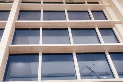 Brettschichtholzrahmen mit Fensterelementen © binderholz