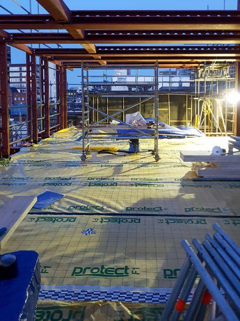 Stahlrahmen und die Massivholzdecken aus binderholz Brettsperrholz BBS auf der Baustelle © RED Construction Group