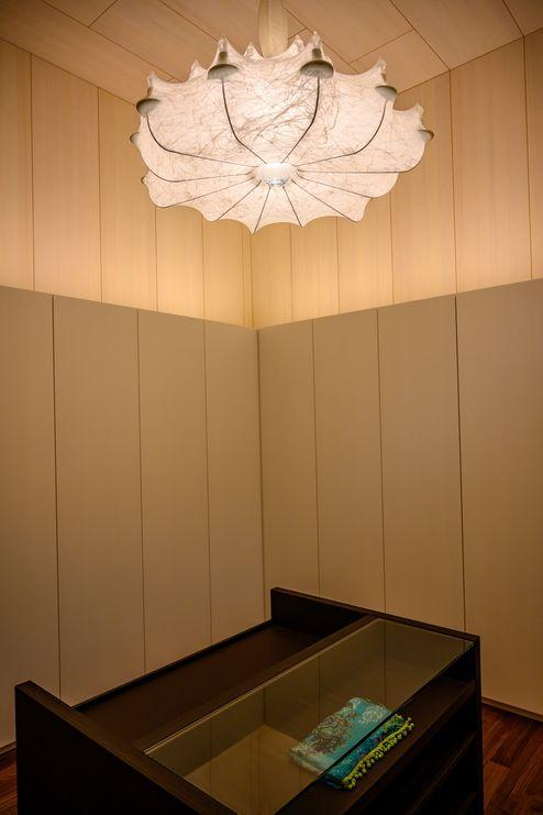 Umkleide mit sichtbaren Holzoberflächen