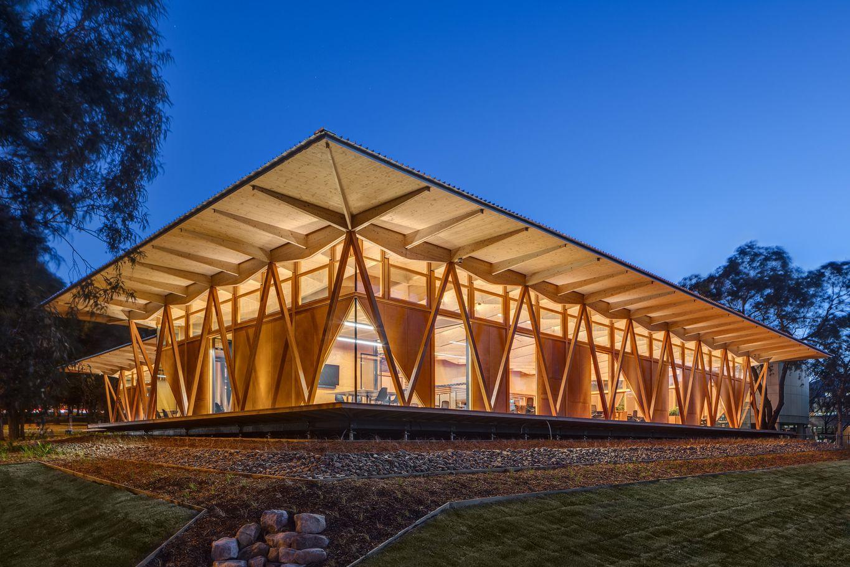 Holz als zentrales Element des Neubaus © Murray Fredericks