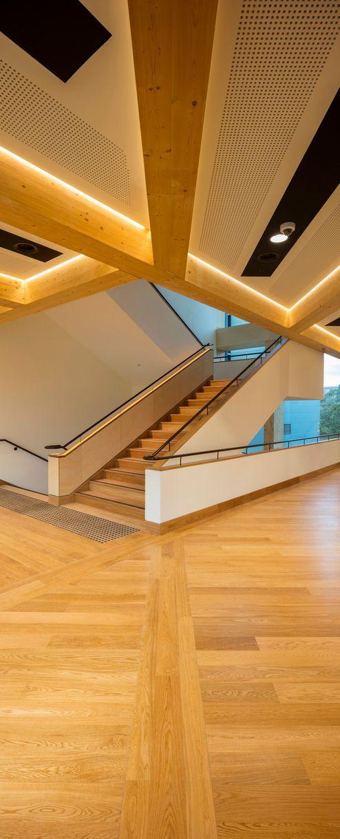 Eingangshalle mit sichtbaren Brettschichtholzträgern © architectus