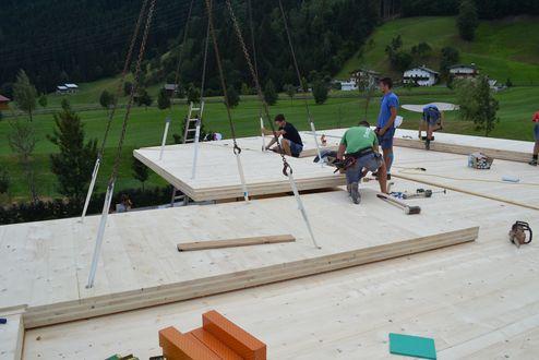 Montage der Brettsperrholz-Dachelemente © binderholz