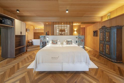 Walls and ceilings made of binderholz solid wood panels in Suite Achillea © ZillerSeasons