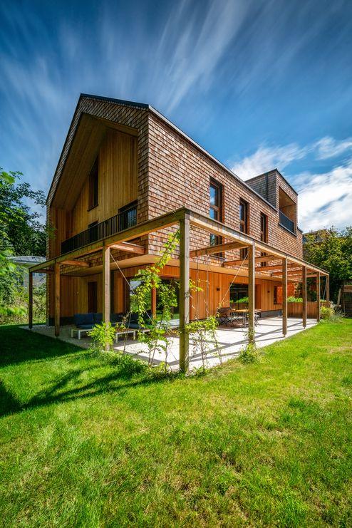 Die Schalung und Schindeln aus Lärchenholz sorgen für eine warme Atmosphäre © Thomas Weber
