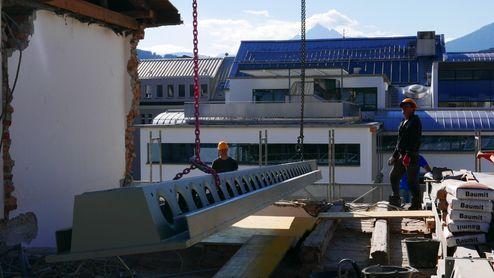 Einbau des Stahlträgers © Gerhard Hauser, Alexander Schmid