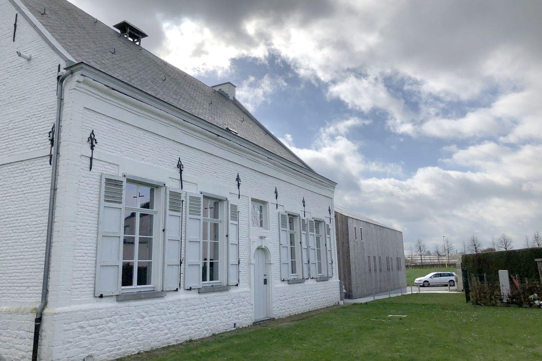 Außenansicht des historischen Pfarrhauses mit Neubau in Massivholzbauweise © binderholz