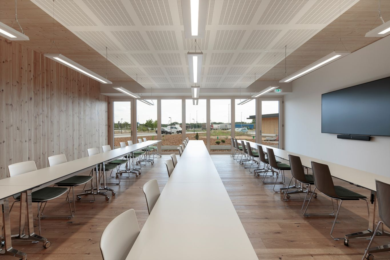 Sala per eventi formativi con vista sull'area esterna © www.florianhammerich.com