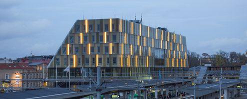 Die Außenflächen des Gebäudes dominiert von Glas © Anders Bergön