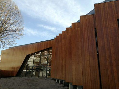 La façade extérieure se compose de panneaux 3 plis en bois massif © R6 Living