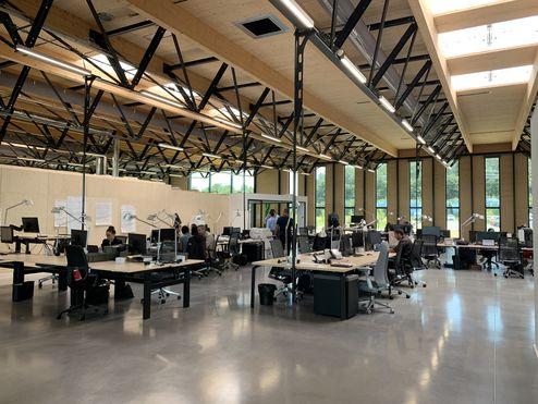 Estructura de acero y madera visible en el área de trabajo © LV & DE-SO architectes