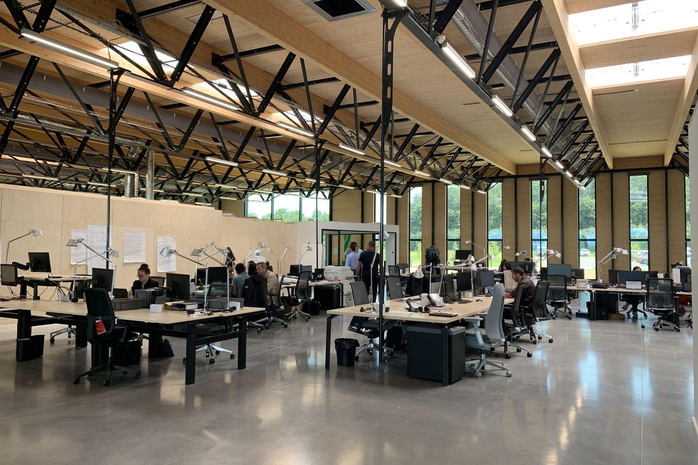 Construction bois et acier visible dans la zone de travail © LV & DE-SO architectes