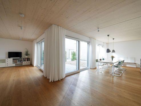 Wohnraum mit Decken aus binderholz Brettsperrholz BBS © dressler mayerhofer roessler architekten und stadtplaner