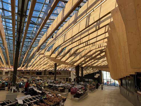Ce bâtiment novateur a été érigé selon un mode de construction hybride alliant poutrelles d'acier et éléments en bois © binderholz