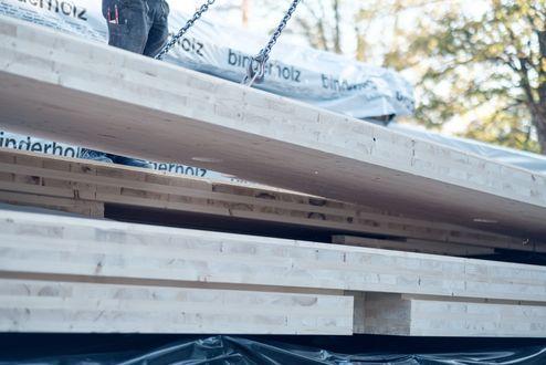 Brettsperrholz BBS Elemente auf der Baustelle © binderholz