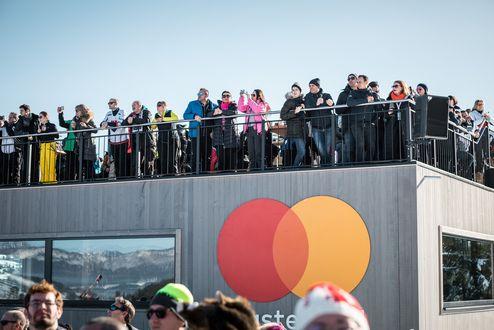 Gäste auf der Rooftop-Terrasse des Mastercard VIP Hauses © WWP