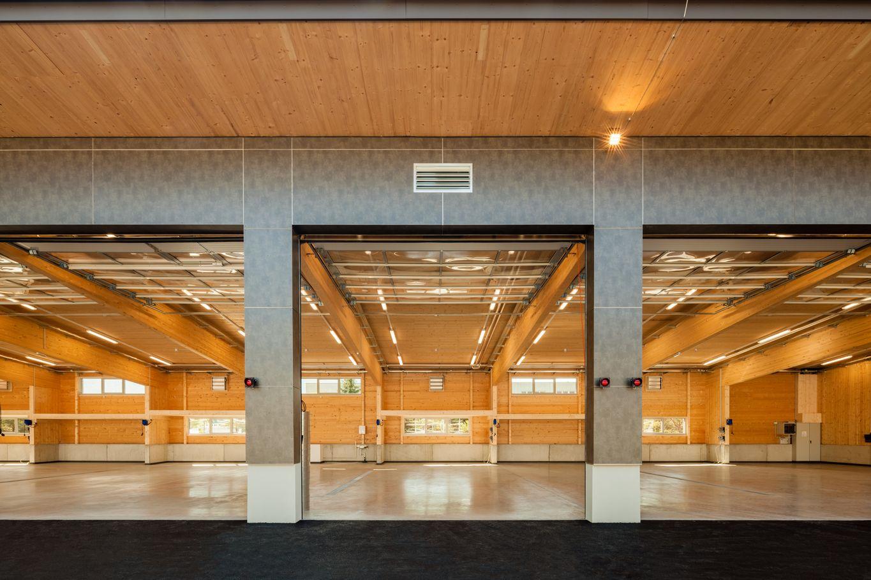Einfahrtstore zur neuen Fahrzeughalle