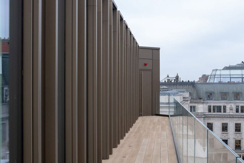 Dachterrasse mit Blick auf die Stadt © RED Construction Group
