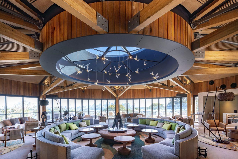 Die Zentrale Lobby für Gäste wurde mit Stahlrahmen und Holzverkleidung erbaut © cox architecture