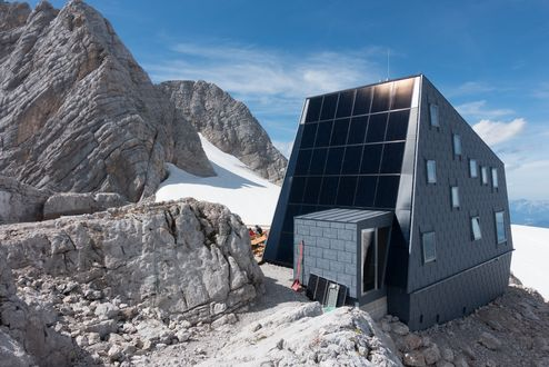 Photovoltaic panels provide power to the hut © Richard Goldeband