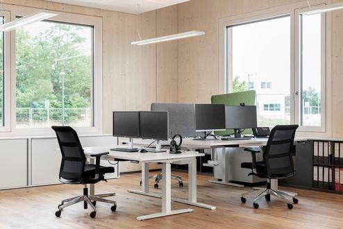 Ufficio spazioso con luce naturale © www.florianhammerich.com