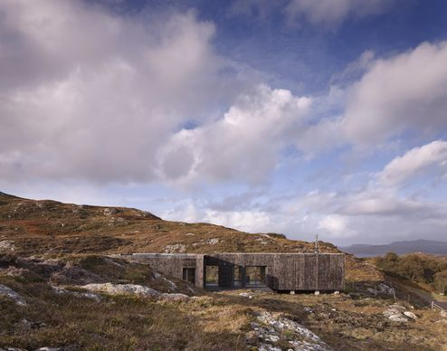 Das Gebäude wurde mit einer verkohlten Lärchenfassade verkleidet um sich dem Naturbild anzupassen © David Barbour