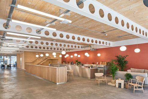 Cafeteria mit Übergang zum Stiegenhaus aus binderholz Brettsperrholz BBS © Waugh Thistleton Architects